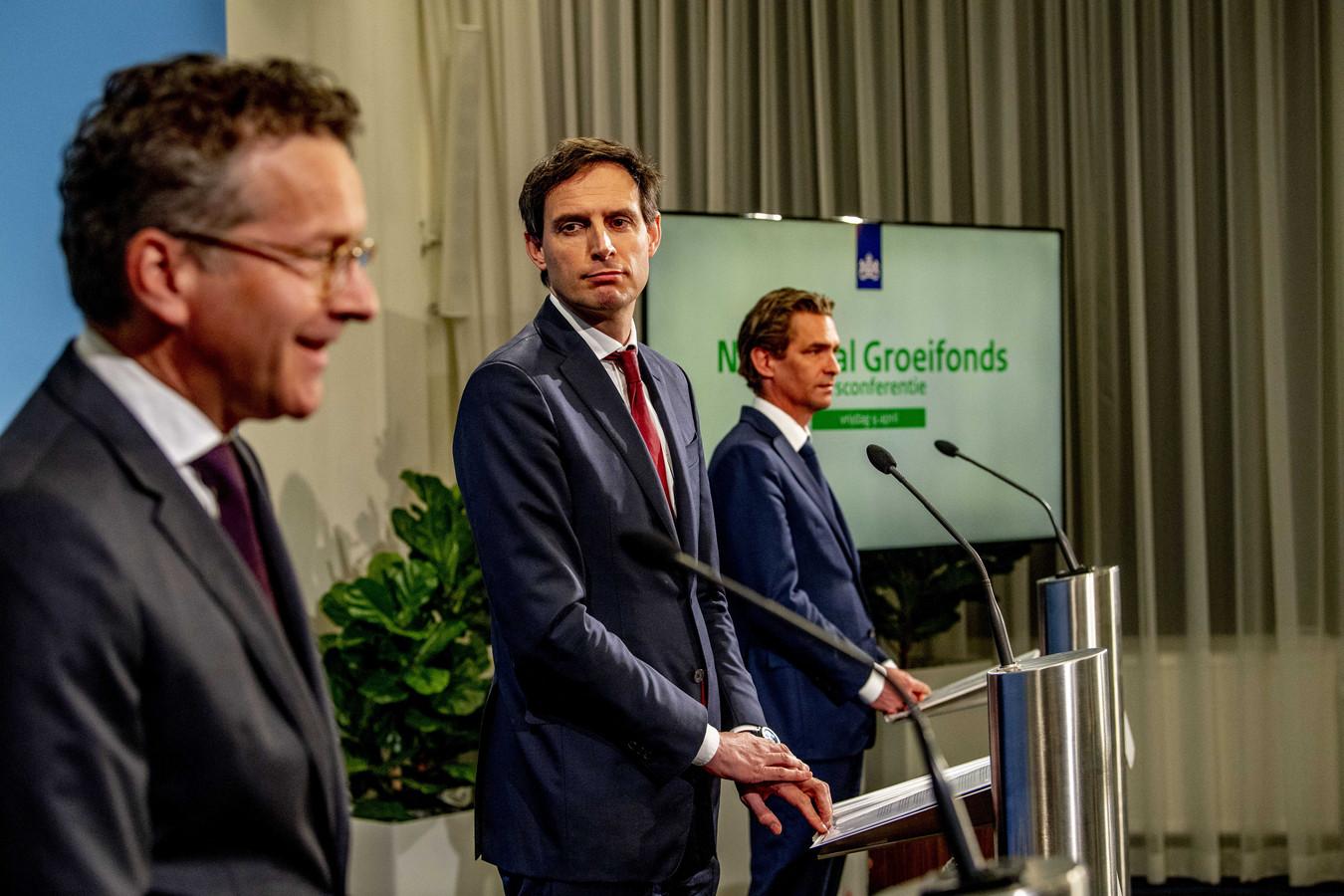 Demissionair ministers Bas van 't Wout en Wopke Hoekstra geven samen met voorzitter Jeroen Dijsselbloem een toelichting op de eerste ronde van het Nationaal Groeifonds.