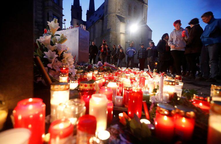 Kaarsen branden op de markt van het Duitse Halle, waar de aanslag plaatsvond. Beeld REUTERS