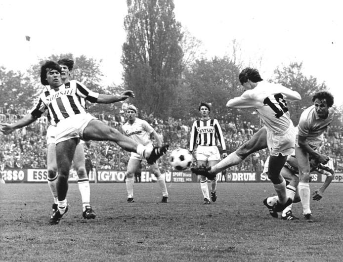 Johan Cruijff scoort namens Feyenoord tegen Willem II op 6 mei 1984.  Sansui is de eerste shirtsponsor van Willem II.