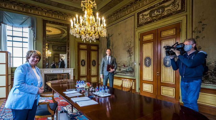 Informateur Hamer ontving gisteren de kleinere partijen. Vandaag praat zij met de serieuze kanshebbers op een plek aan de onderhandelingstafel voor een nieuw kabinet.