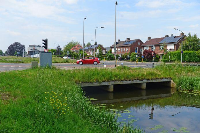 Bij de Brugstraat ligt een groot knelpunt in de vaarroute over het Almelo-Nordhornkanaal. Deze doorgang moet worden opgehoogd tot minstens 1,5 meter.