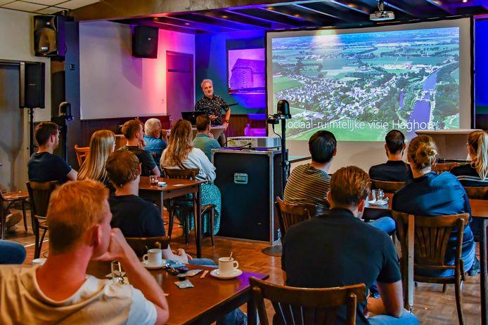 Inwoners uit Haghorst worden bijgepraat over de prille nieuwbouwplannen voor De Welder 2 tijdens de informatieavond in Den Horst.
