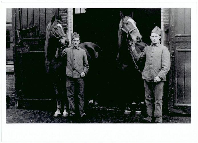 Twee huzaren in Breda met paarden in de Lange Stallen