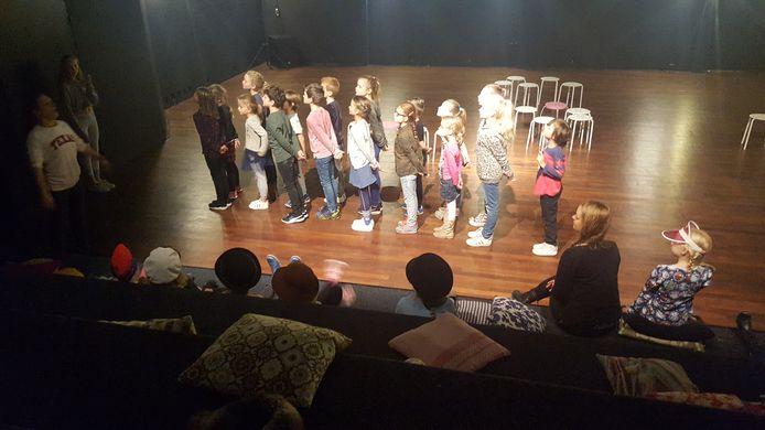 De kinderen krijgen theaterles van Fleur.
