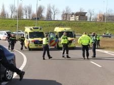 Auto raakt van A4 en komt in water langs snelweg terecht: gewonde naar ziekenhuis