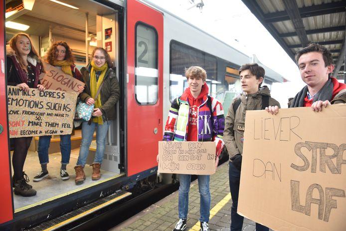 Van de schooldirectie mogen ze niet spijbelen, maar de sanctie nemen deze Oudenaardse klimaatbetogers er wel bij.