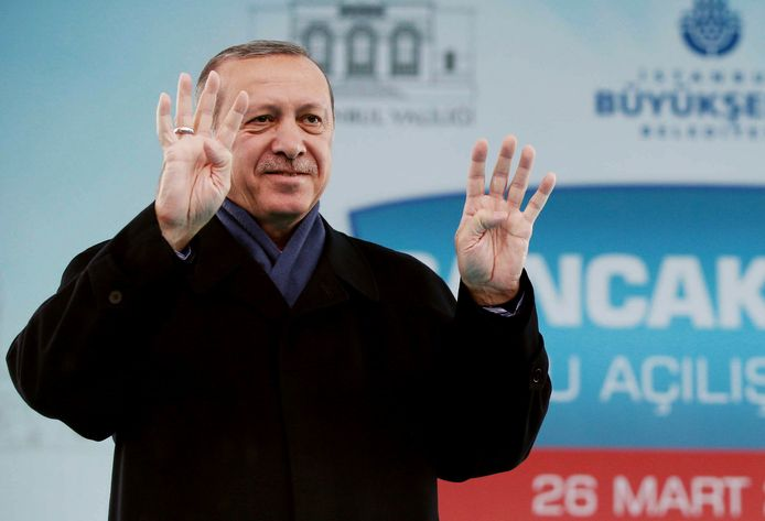 De Turkse president Recep Tayyip Erdogan gebaart naar sympatisanten in Istanbul