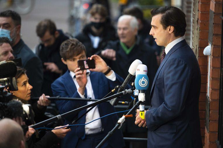 Thierry Baudet staat voor het partijkantoor van Forum voor Democratie de pers te woord over de ontstane situatie.  Beeld ANP