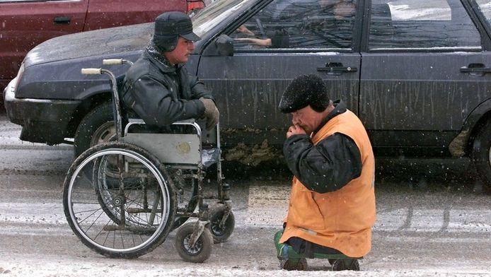 Archieffoto uit 2001: gehandicapten in Moskou vragen automobilisten om geld.