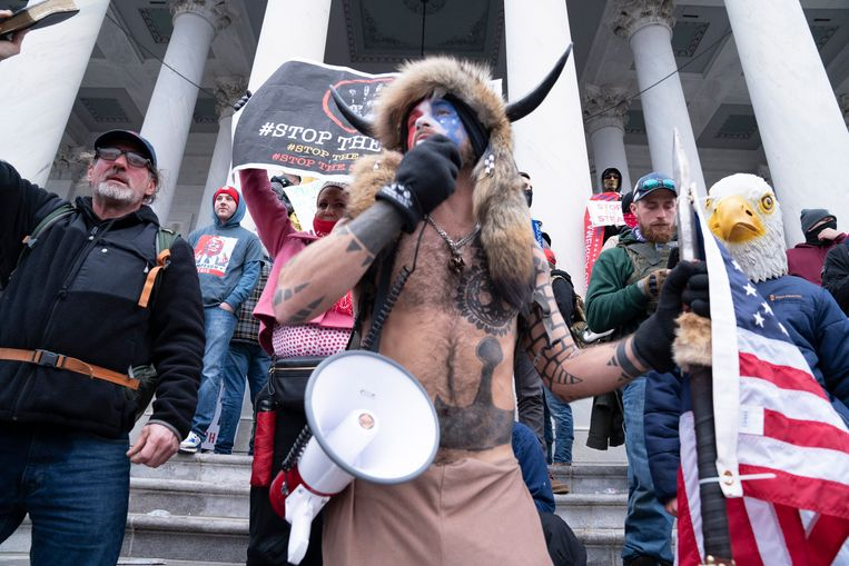 Jacob Chansley, een aanhanger van de QAnon-beweging tijdens de bestorming van het Capitool. Beeld Photo News