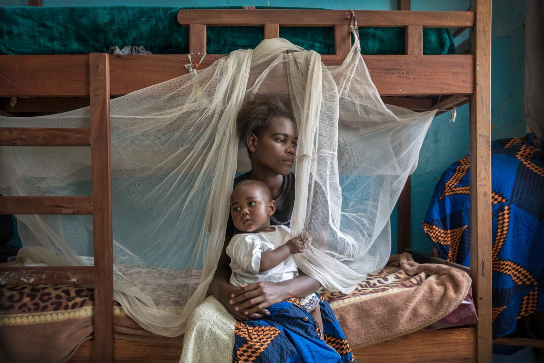 Grace Rusumba (16) verblijft samen met haar baby Willermine in een opvanghuis van de Panzi Foundation van Dr. Denis Mukwege in Bukavu, Congo.   Beeld Sven Torfinn / de Volkskrant