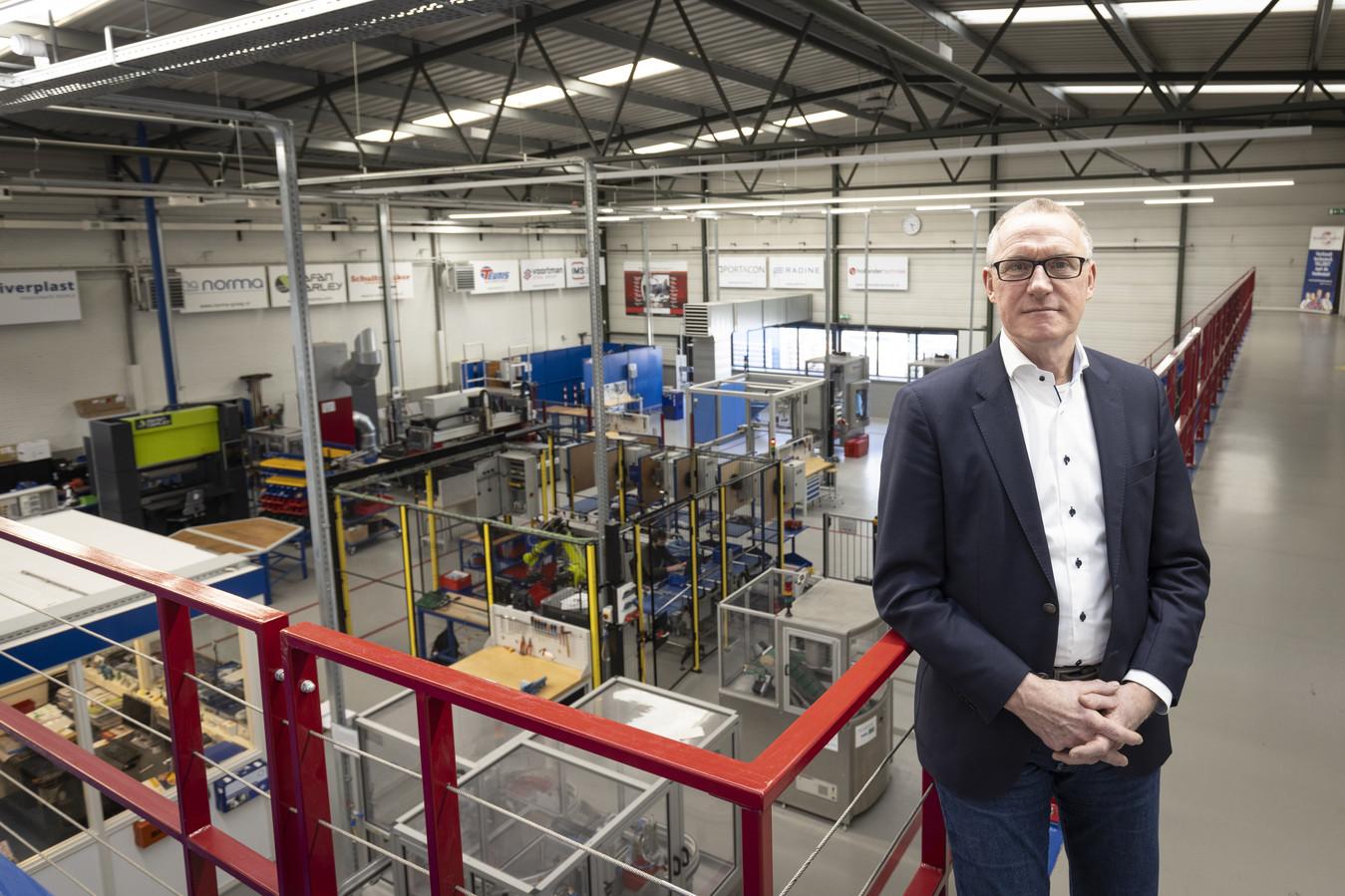 Ondanks de crisis gaat het goed met REMO West Twente, de regionale opleider voor de metaal, elektro, installatie en mechatronica. Dat ziet ook Gerrit Schalk, directeur van het technische opleidingscentrum.