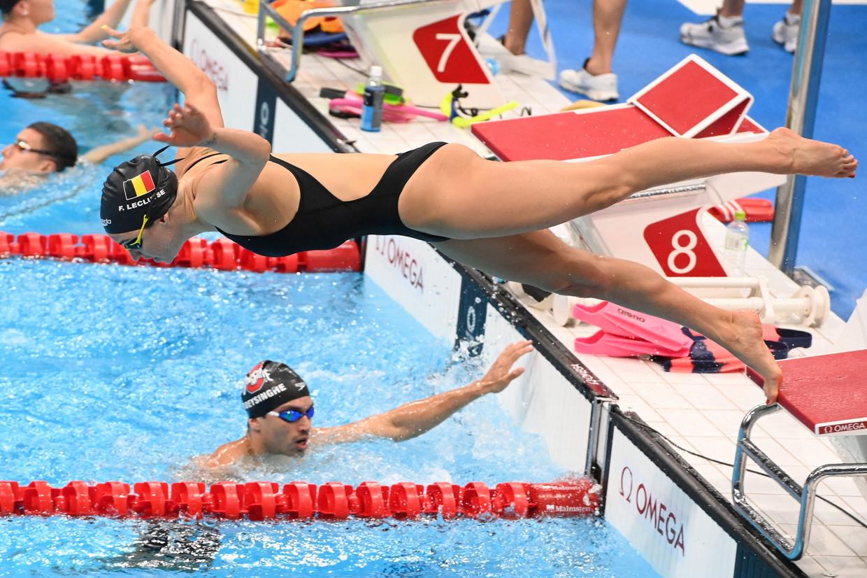 Fanny Lecluyse duikt het bad in tijdens een training in het Tokyo Aquatics Centre. Beeld AFP