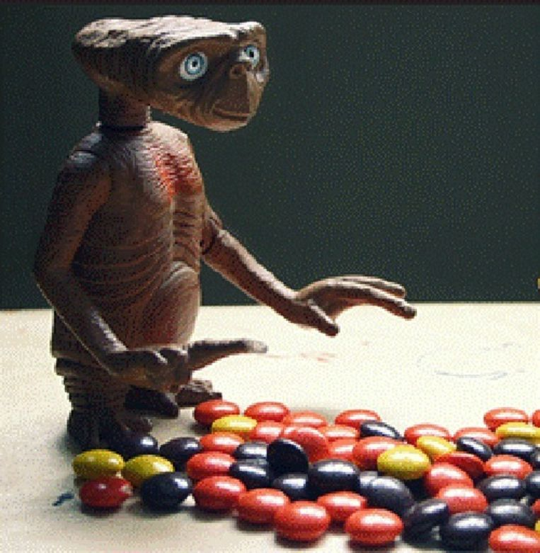 E.T. met Reese's Pieces. Beeld UNKNOWN