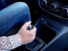 Waarom je niet je hand op de versnellingspook moet leggen tijdens het rijden