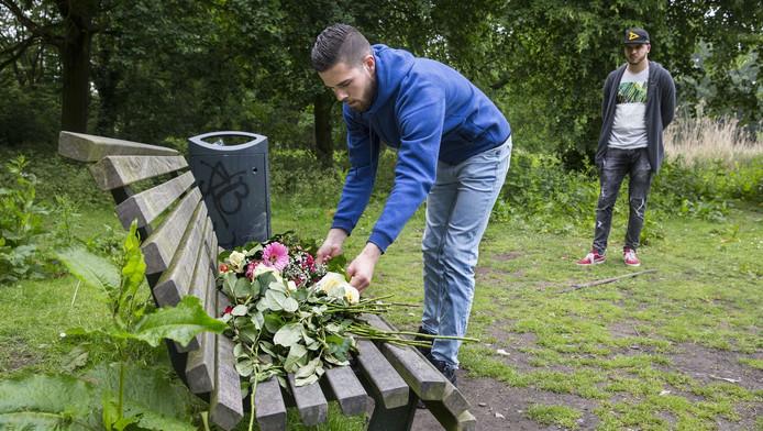 Vrienden van de omgekomen Mitchel Winters leggen bloemen neer in het Beatrixpark.
