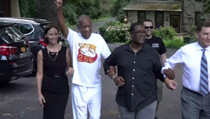 Bill Cosby zag er euforisch uit vlak na zijn vrijlating. De man met het zwarte hemd is zijn woordvoerder Andrew Wyatt. De vrouw links van hem is zijn advocate Jennifer Bonjean.