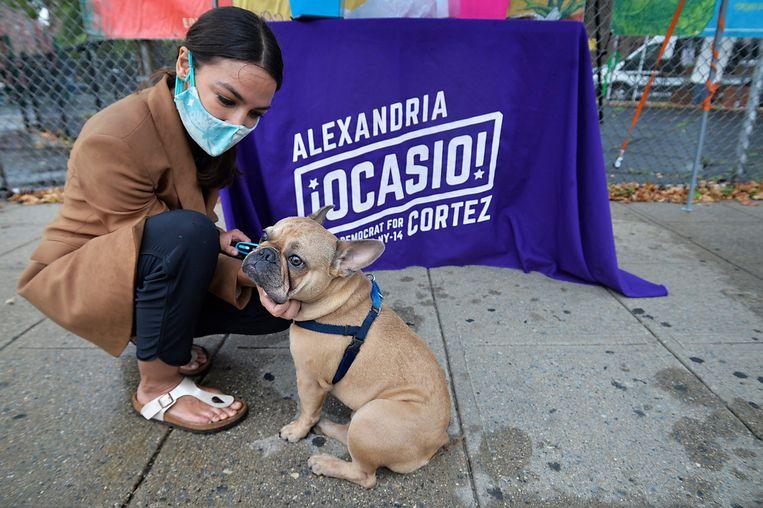 Congreslid Alexandria Ocasio-Cortez met haar Franse bulldog Deco in de Bronx. Beeld Photo News