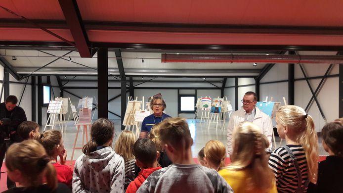 Wethouder Marga van der Plasse opende samen met de kinderen van de Regenboog in Nieuwdorp de expositie
