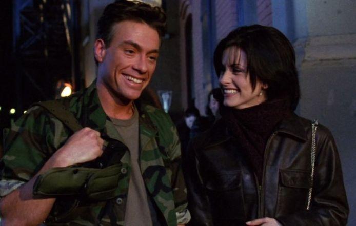 """Jean-Claude Van Damme est apparu dans l'épisode """"Celui qui retrouve son singe"""", diffusé au le 28 janvier 1996, au lendemain du Superbowl aux États-Unis."""