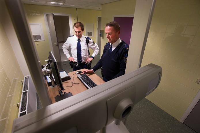 Berend Jager (rechts) achter de computer. Hij wordt de eerste digitale wijkagent van de Achterhoek.