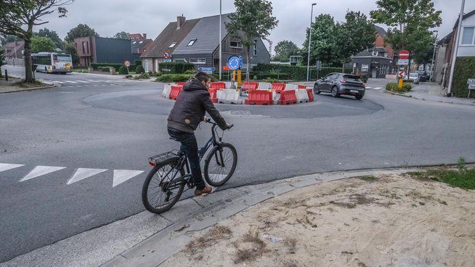 Dit rond punt wordt vervangen door een kruispunt. De éénrichtingsstraat blijft éénrichting. Als je net als deze fieters van hier rechts wil indraaien, zal je aan de linkerkant van de weg moeten rijden.