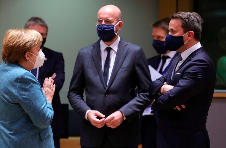 Duits bondskanselier Angela Merkel (links) in gesprek met EU-president Charles Michel (midden). Beeld AFP