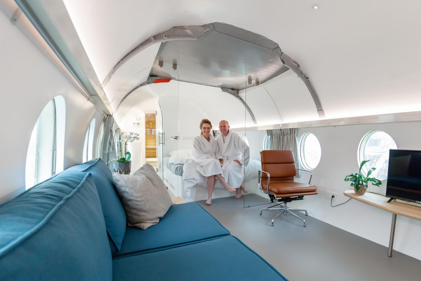 Bij Bed & Breakfast Haute Bruyere in Hoogerheide is onlangs een oud Fokker-vliegtuig ingericht als overnachtingslocatie. We nemen een kijkje met proefslapers Franka en Peter.