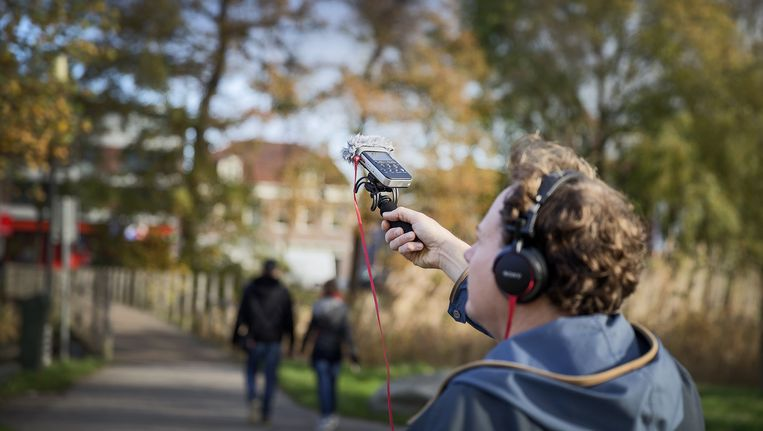 De Nederlander Chris Bajema brengt als 'Man met de microfoon' verhalen van om de hoek. Beeld RV
