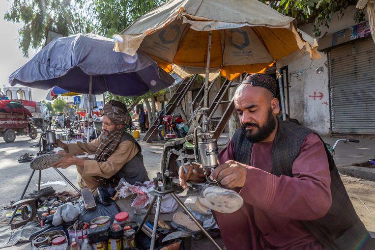 Schoenmakers op de bazaar van Tarin Kowt, de hoofdstad van Uruzgan.  Beeld Noël van Bemmel