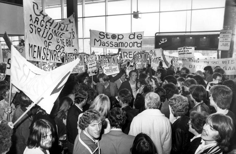 'De actie Bloed aan de Paal' van Bram Vermeulen en Freek de Jonge in 1978. Beeld Hollandse Hoogte / Spaarnestad Photo