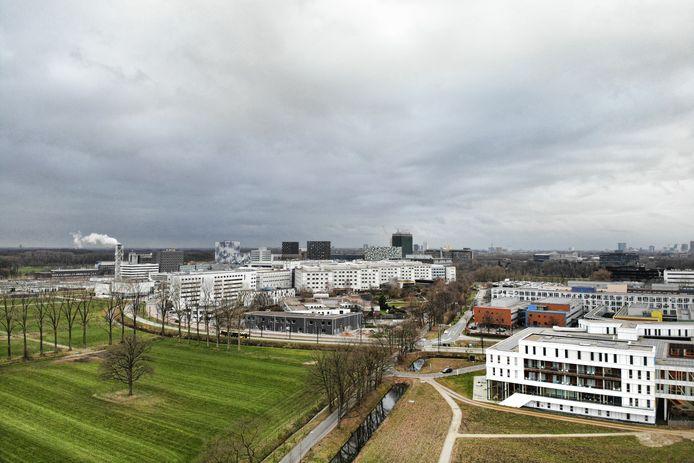 Het gebied in het Utrecht Science Park waar links in het groen het Ronald McDonald Huis een nieuw gebouw wil. Rechts het Prinses Máxima Centrum. Op de achtergrond het UMC Utrecht.