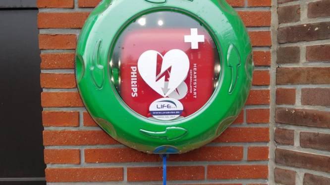 Elk dorp heeft nu 'hartstarter' hangen: nu ook aan dorpshuis Boekhoute