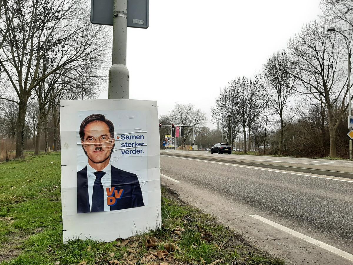Mark Rutte met Hitlersnorretje. Het VVD-verkiezingsbord staat aan de Europaweg in Doetinchem. 12 van de 20 borden van de VVD in Doeitnchem zijn door onbekenden van dit soort snorretjes voorzien of vernield.