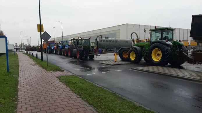 Boeren blokkeren het distributiecentrum van Jumbo aan De Amert.