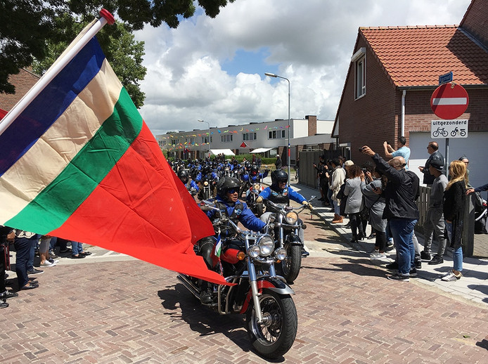 Motoren rijden door de Rijnstraat in Middelburg.