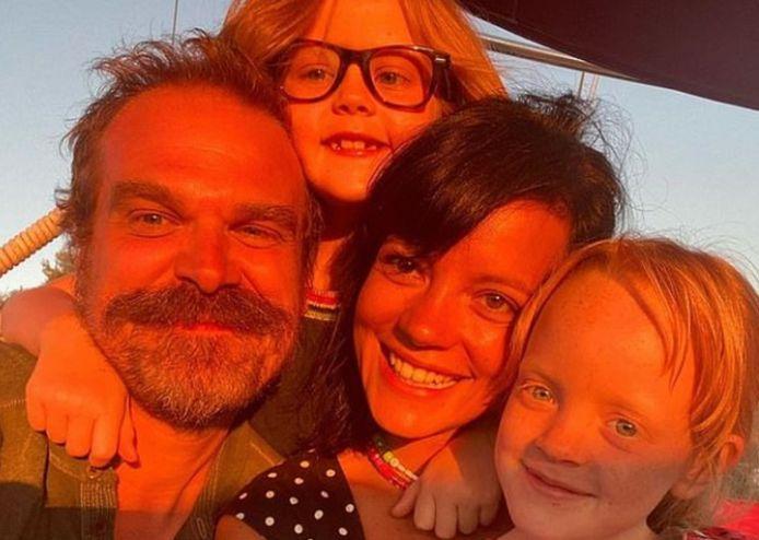 Lily Allen met David Harbour en haar twee dochters.