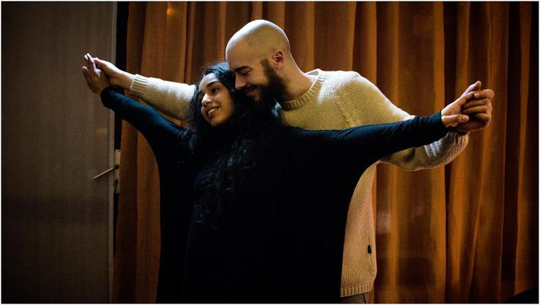 Nora en Ilias in Layla M. Beeld null