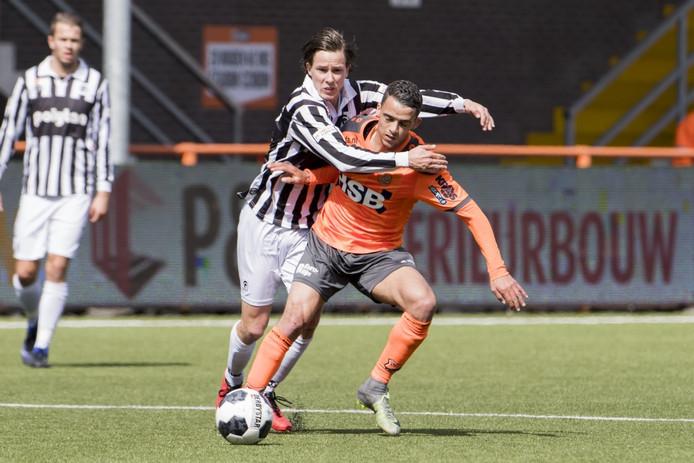 Achilles '29-speler Joey Dekkers in duel met FC Volendam-speler Daniel van Son.
