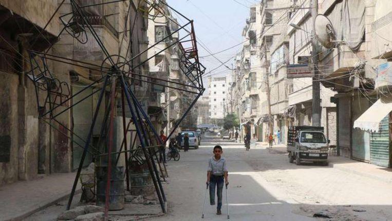 Jongetje in de straten van Aleppa, een Syrische stad in hand van de rebellen Beeld AP