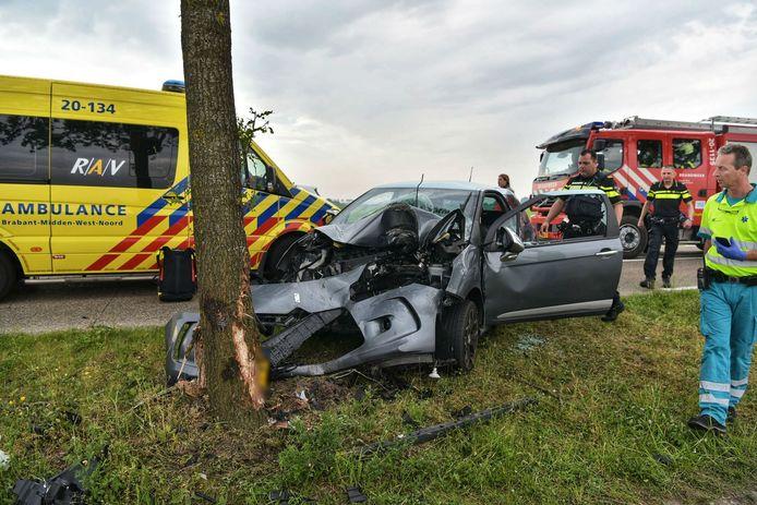 De auto na het ongeluk in Zevenbergschen Hoek.