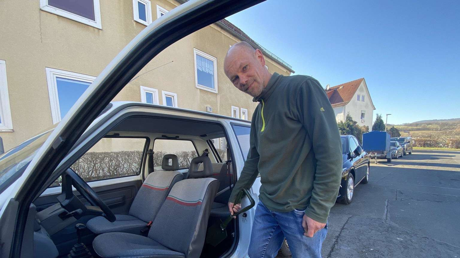 Uwe Cechowitz bij zijn Renault 5.