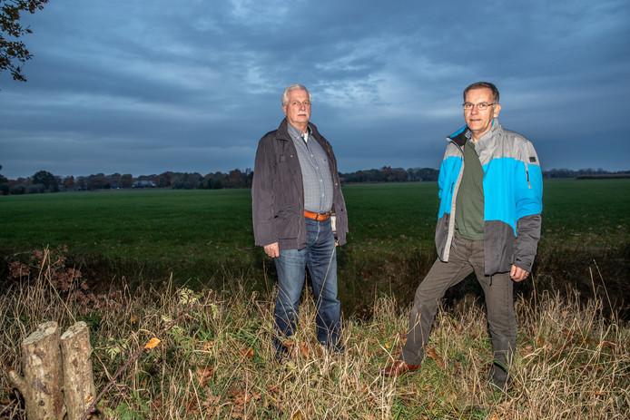 John Vullers (links) en Wim Hovestad zijn vanuit wijkvereniging Berkum betrokken bij het project om de wijk energieneutraal te maken. Het buitengebied Vechtpoort vervult een cruciale functie: woningbouw of duurzame energie?