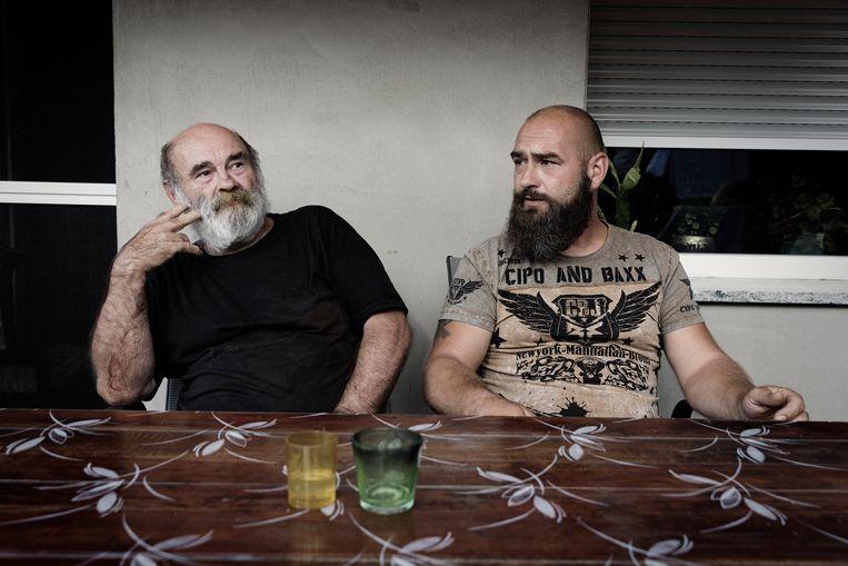 Eberhard Stück en zijn zoon Mario.Zij liepen destijds mee in de antivluchtelingendemonstraties. Beeld Daniel Rosenthal