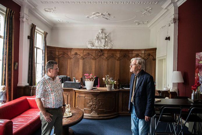 Jan Dekkers (links) en Wim Kattenberg in de rechtszaal van het voormalige ambtshuis in Druten.