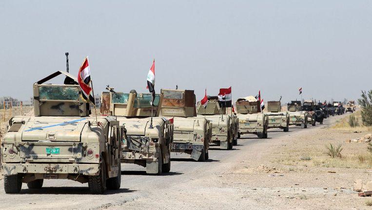 Irakese overheidstroepen ten zuiden van Fallujah tijdens een operatie om het gebied te heroveren op Islamitische Staat. 3 juni 2016. Beeld afp