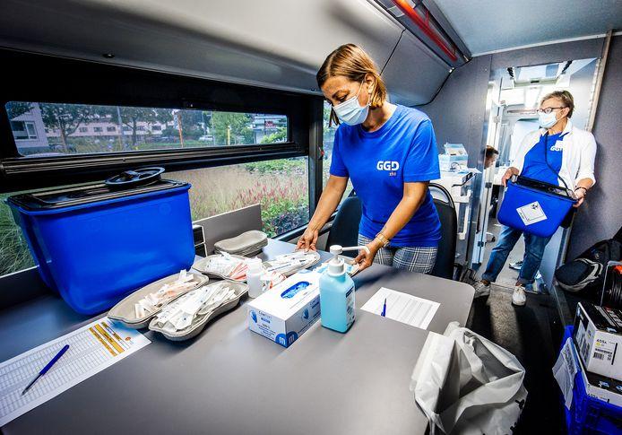 Medewerkers van de GGD in de prikbus in Alblasserdam.