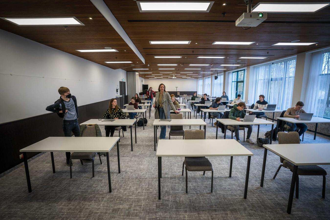 Scholen zijn op zoek gegaan naar externe locaties om meer leerlingen fysiek onderwijs te kunnen geven. Leerlingen van het Teylingen College Leeuwenhorst krijgen les in een nabijgelegen hotel.