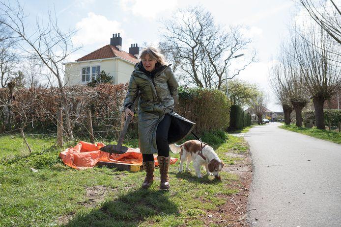 Anna Blom schept nog wat zand over een restant bloed van het kadaver dat vrijdag onder het oranje zeil lag en zaterdag is opgehaald door de Rendac.