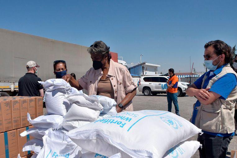 Linda Thomas-Greenfield, VN-ambassadeur voor de Verenigde Staten inspecteert hulpmiddelen aan de grens tussen Syrië en Turkije. Beeld AP